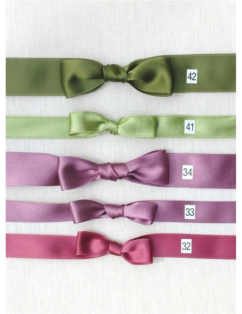 Dopklänning med vacker halsringning