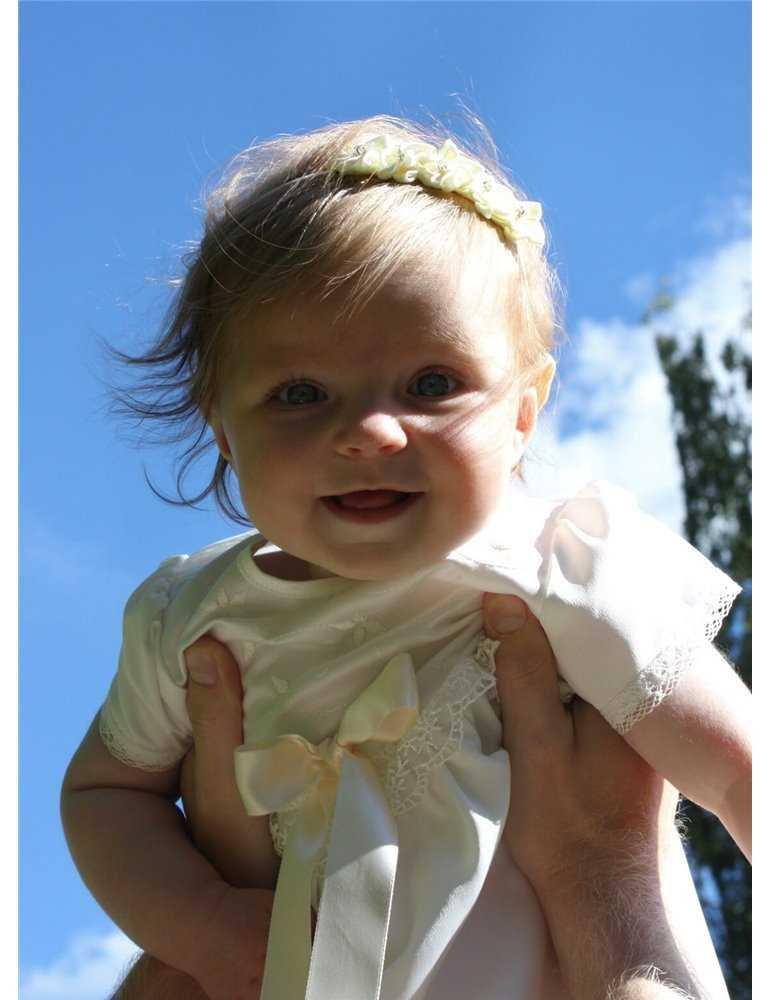 dopskjole i blonder i kongelig stil
