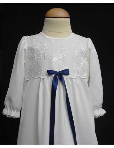 hvite svenske dåpsklær i nærbilde