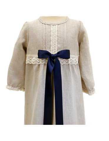 baby i dåpskjole med luksuriøs diadem