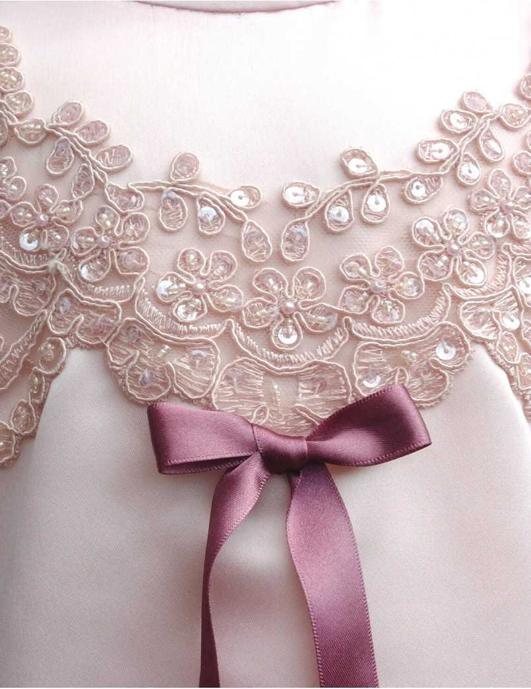 Dopklänning med stilfulla rosadetaljer