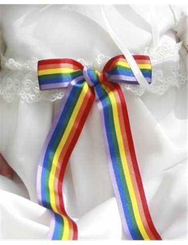glad jente i skinnende dåpskjole