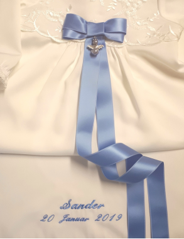 Dåpskjole broderi og unik blå dåpsbue