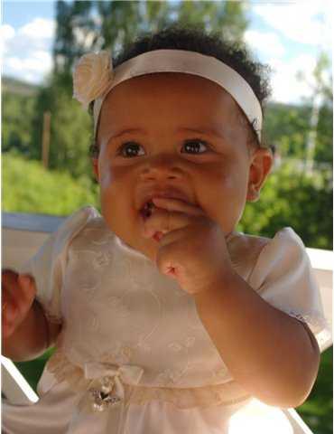 Dopklänning med broderade blommor